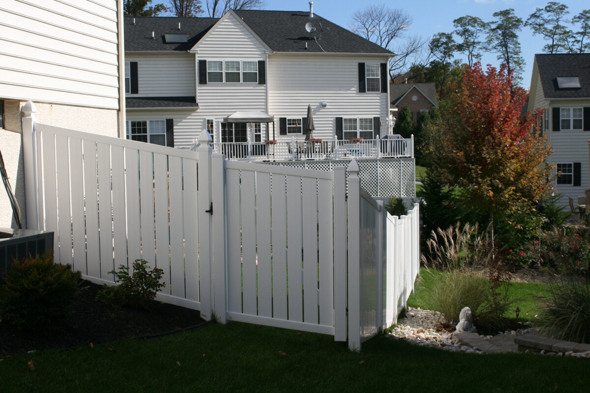 vinyl semi-private fence with gate