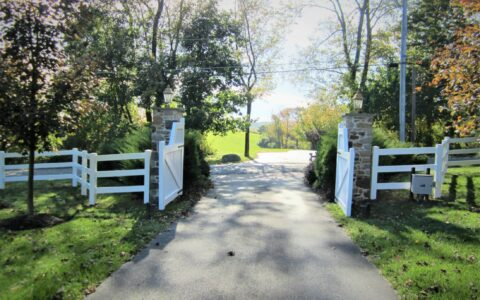 vinyl rail fence with estate gate