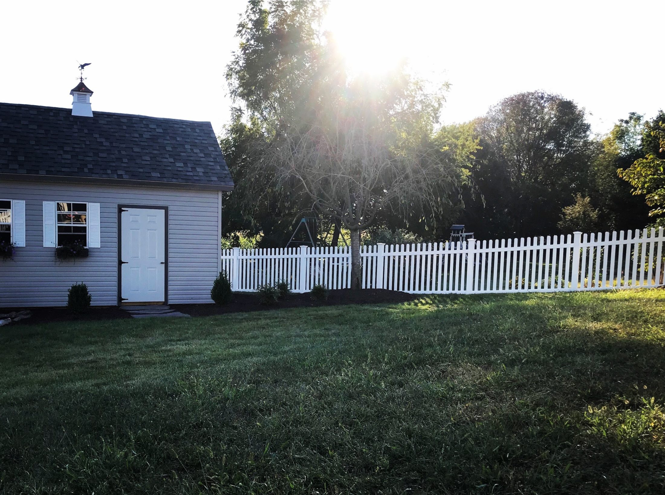 white vinyl picket fence with post caps