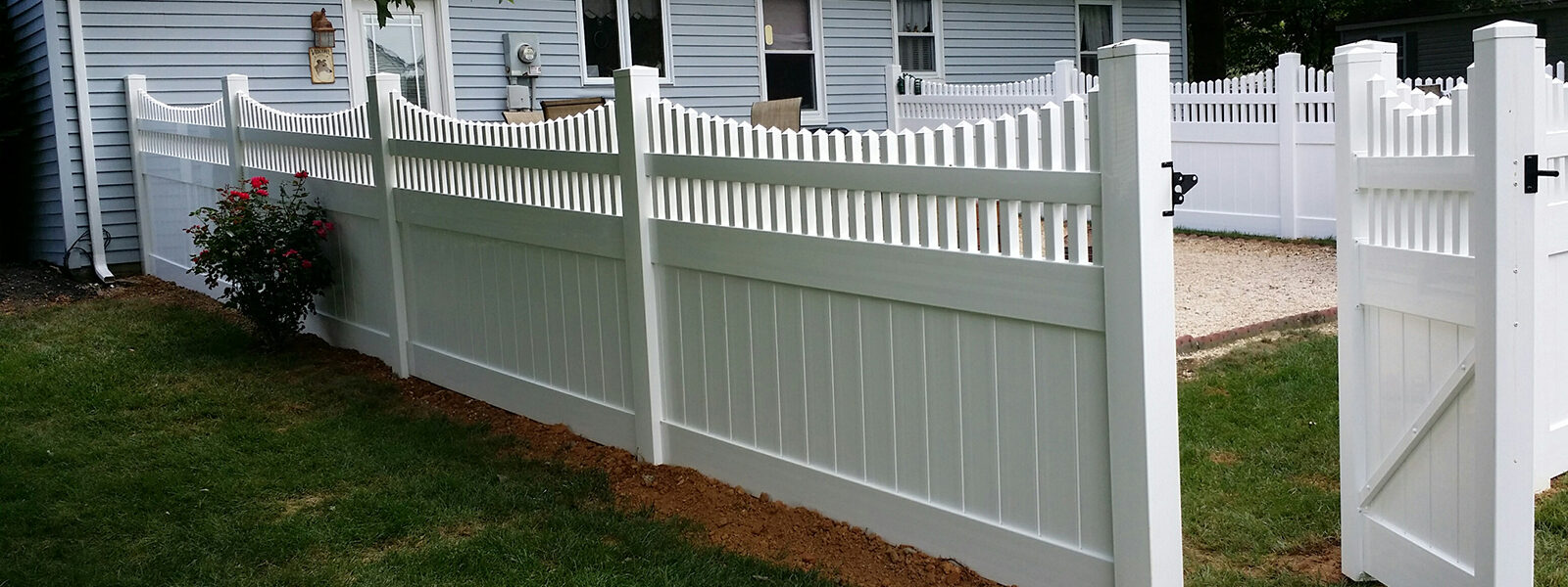 vinyl privacy fence with spindle tops and gate